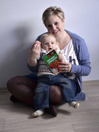 Autorka Veronika Černucká se svou novou knihou a synem Martínkem.
