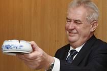 Popelník z cibuláku Miloše Zemana evidentně zaujal.