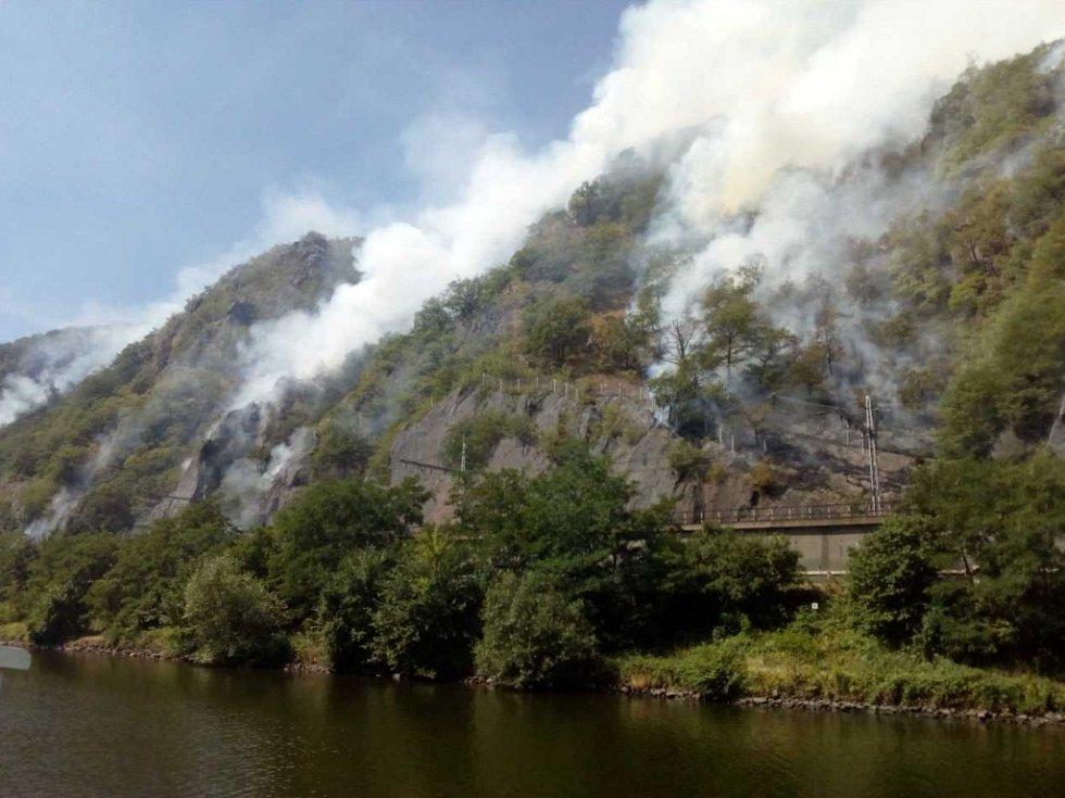 Požár v Labském kaňonu, focený z paluby lodi Porta Bohemica.