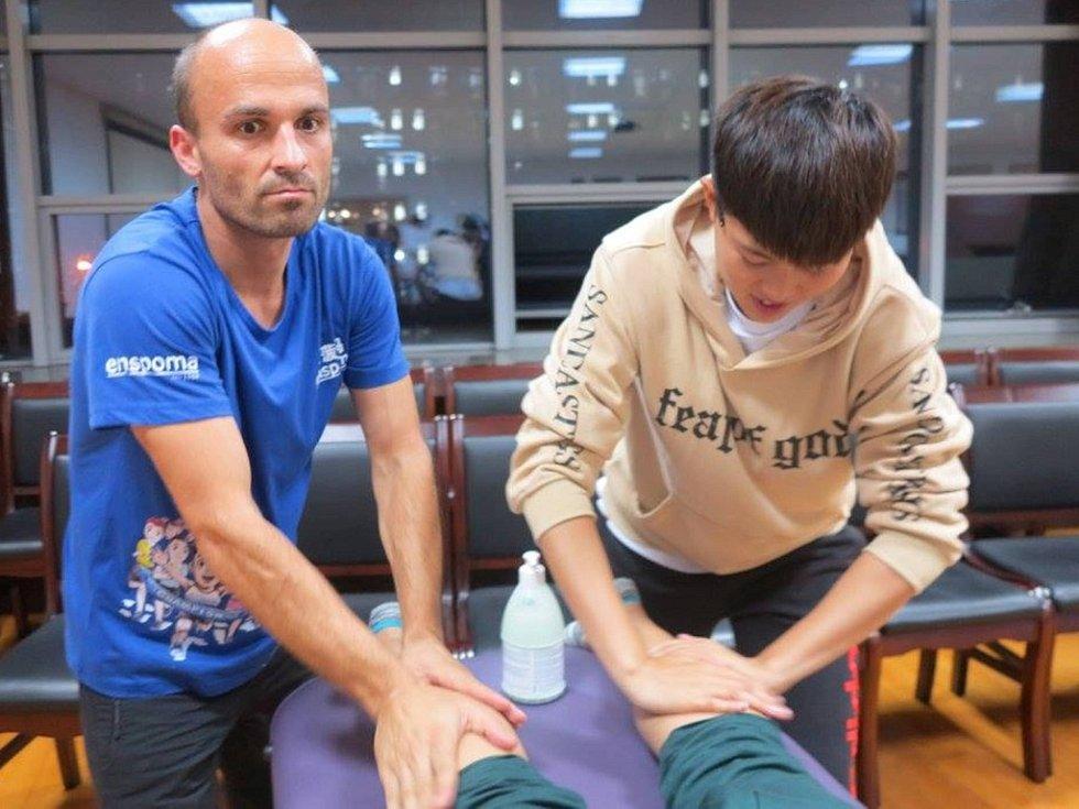 DAVID CIHLÁŘ (vlevo) při sportovní masáži v Číně.