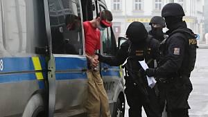 Podezřelý z vraždy v Krásném Březně míří k jednání soudu o uvalení vazby
