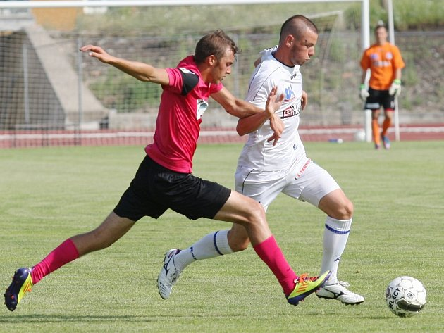 Ústečtí fotbalisté (bílé dresy) doma porazili Chomutov 2:1.