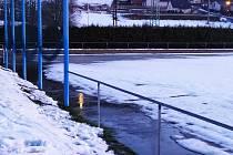 Fotbalové hřiště v Chuderově zatopila voda.