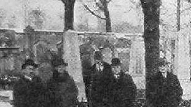 Příliš památek na první židovský hřbitov nezůstalo, ani těch fotografických.