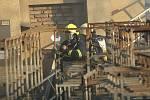 Neštěmickou výrobnu prskavek zachvátil požár.