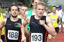 Úspěšní běžci AC Ústí Lukáš Horák (vlevo) a Jiří Svítek si v Děčíně hrábli až na dno fyzických sil. Oba běželi patnáctistovku, půlku a Horák dokonce i čtvrtku.