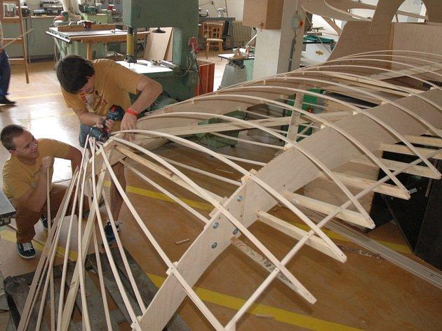 Studenti ústecké univerzity staví model letounu ze seriálu Hvězdná brána na Red Bull Letecký Den.