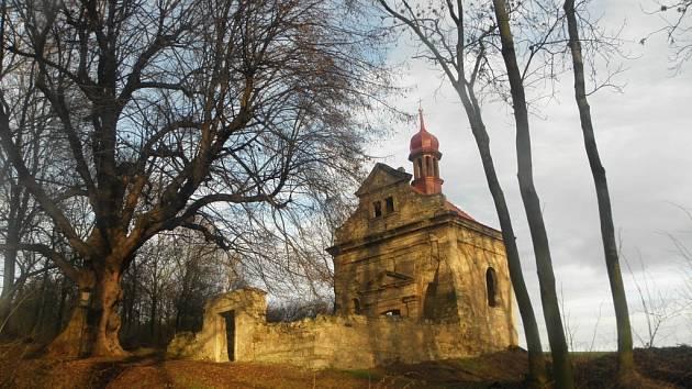 Kaple v Sinutci na Mostecku pomalu vstává z popela. Poslední mše tu byla před zhruba čtyřiceti lety, ale vrátí se.