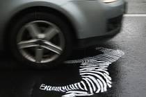 Dvě zebry v obou směrech nastříkali na hlavní silnici místní lidé v Brné.
