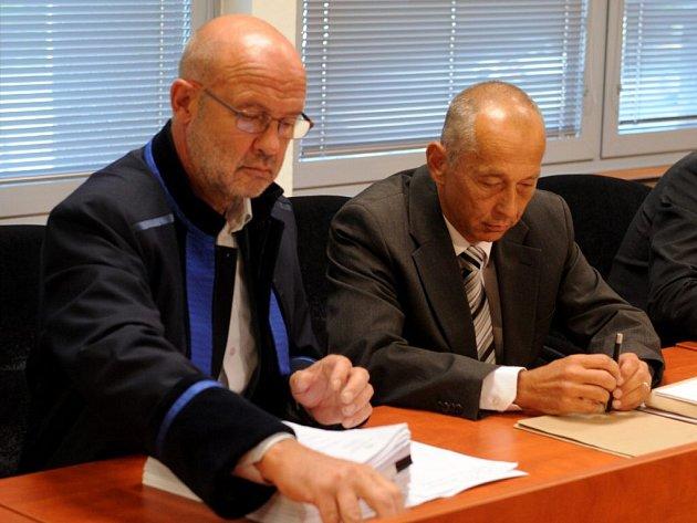 Na snímku vpravo je obžalovaný Miloslav Řehák.