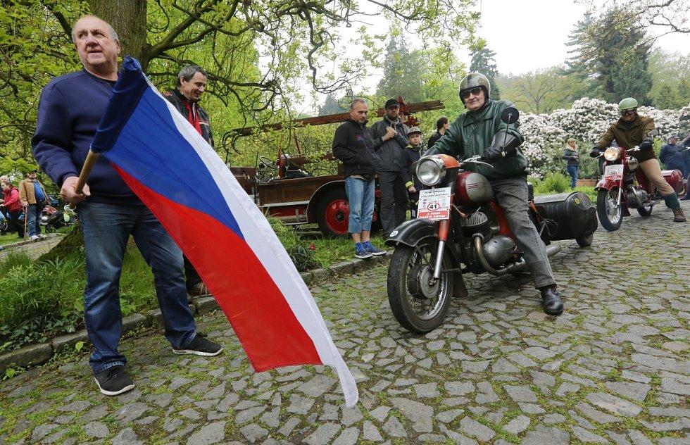 Závod O pohár hraběte Chotka měl start i cíl na zámku ve Velkém Březně.