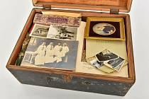Rodinné poklady neštěmického lékaře zůstaly skryty od odsunu až dodnes. Prohlédnout si unikátní snímky a dokumenty nebo další cennosti můžete na výstavě v Globusu.