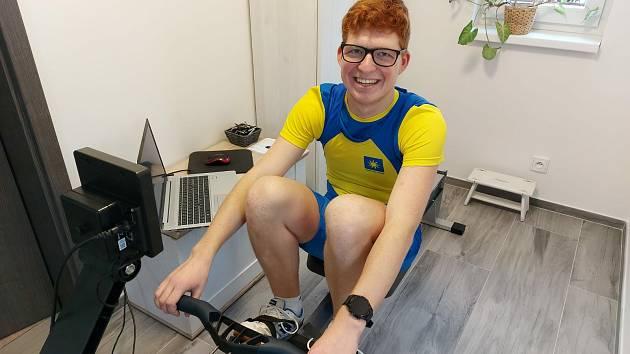 Jindřich Bartoň (VK Paprsek Ústí n. L. ) doma při virtuálním závodu na mistrovství ČR.