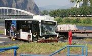 Nehoda autobusu a nákladního vozu na křižovatce pod Větruší v Ústí