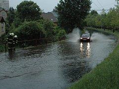 Voda nahromaděná na silnici pod sídlištěm Hornická potrápila Ústečany už v sobotu.