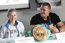 Fabiana Bytyqi a Tomáš Šálek na tiskové konferenci.