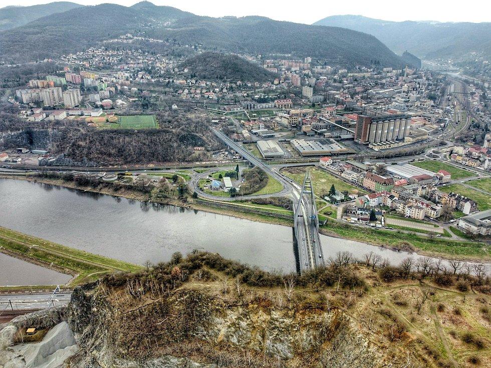 Podívejte se, jak vypadá krajské město z ptačí perspektivy. Na snímku je řeka Labe a Střekov.