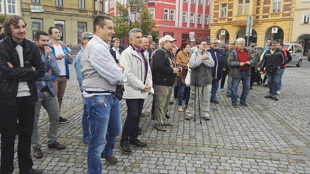 Deník-bus na Lužickém náměstí vRumburku očekávalo poměrně dost lidí.