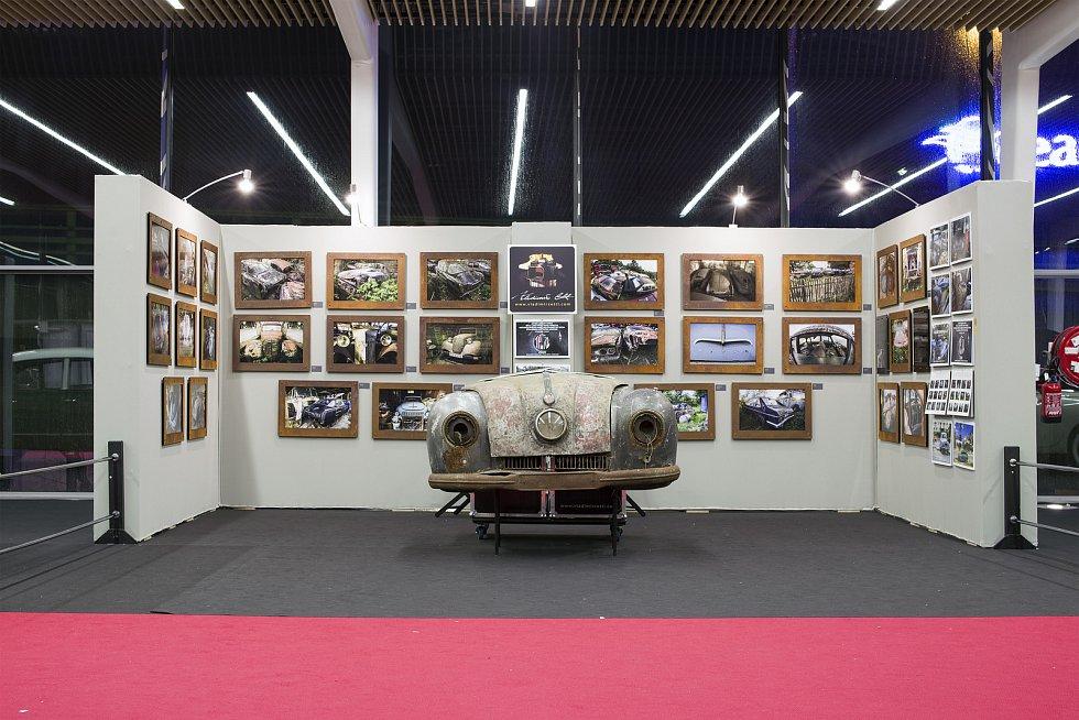 Snímky vraků automobilů aod ústeckého fotografa Vladimíra Cettla obletěly svět. V únoru vystavoval v Paříži na autosalonu, který navštěvuje přes sto tisíc lidí.