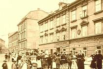 1908: Maternova ulice, dnes Velká Hradební směrem na dnešní Lidické náměstí s hostincem Zur Sächsischen Schweiz.