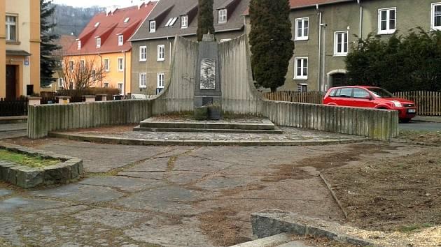 Památník na Bukově je již opět dobře vidět.