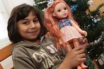 Pod stromečkem našla Kája z dětského domova na Střekově například novou panenku.