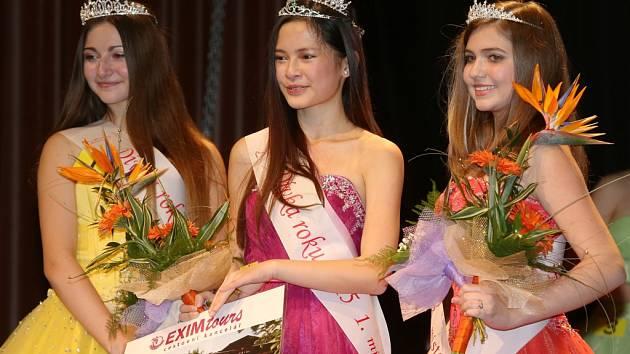 Vítězkou okresního kola soutěže Dívka roku 2015 se stala Tram Anh Nguyen (Katka). Na snímku uprostřed, vlevo druhá Tereza Varvažovská, vpravo třetí Šárka Keričová.