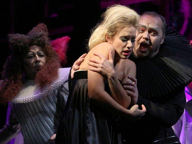 Generálka Verdiho opery Rigoletto.