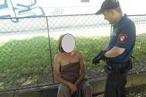 Hlídka naháče zadržela a poskytla mu ze služebního vozidla deku, aby nebudil veřejné pohoršení.