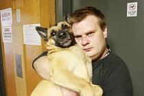 Na nový výtah se může Martin Fryč, když jde na procházku se svým chlupáčem, jen dívat. Vlastník domu v něm zakázal jezdit se psy.
