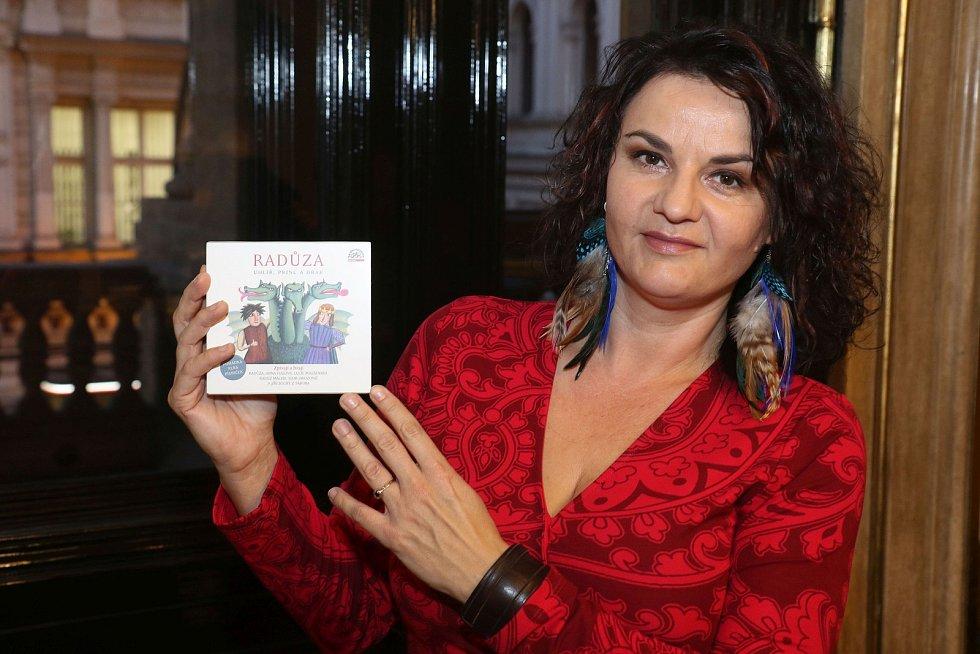 Zpěvačce Radůze pokřtila nové CD herečka Iva Janžurová.