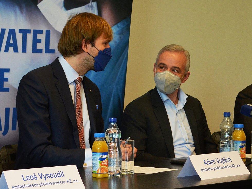 Vedení společnosti Krajská zdravotní. Vlevo předseda představenstva Adam Vojtěch, vpravo generální ředitel Petr Malý.