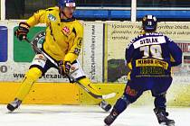 Ústečtí hokejisté (žlutí) prohráli na ledě Šumperka 2:4.