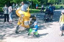 Prvomájovou oslavu, na kterou jsme byli kdysi zvyklí, dokonale dotvářel model motocyklu Veřejné bezpečnosti.