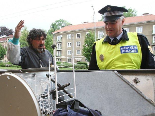 Městská policie odebírá sběračům nejen kov, ale i kárky. Ilustrační foto.