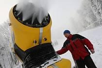 Obsluha kontroluje jedno ze sněhových děl, které stříká technický sníh na telnickou dětskou sjezdovku Meva.