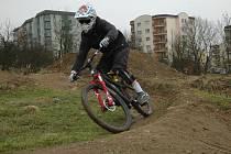 Vicemistr světa ve fourcrossu Michael Měchura otestoval některé vznikající překážky v bikeparku Chlumci.