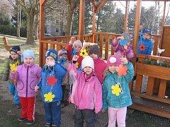 Děti z MŠ Vyhlídka si užívají jarních dnů