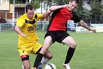 Fotbalisté Mojžíře (žlutí) doma prohráli s Velkým Březnem 0:3.