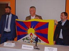 Martin Hausenblas (uprostřed) je kritikem Miloše Zemana a jeho příklonu k Číně a Rusku.