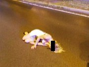 Silně opilá žena ležela na ulici.