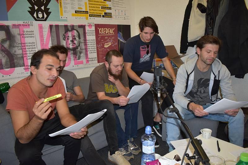 Herci načítají audiowalk Exploze