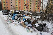 Nepořádek kolem kontejnerů na krásnobřezenském sídlišti v ulici Žežická.