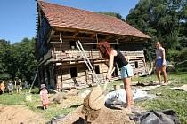 V Zubrnicích nyní vyrůstá další stavení, historický mlýn. Na jeho stavbě se podílejí i studenti.