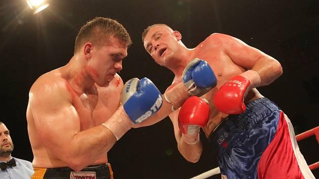 Tomáš Šálek (vlevo) krvácí v souboji o titul mistra republiky s Pavlem Šourem. Boxing live, Sluneta, Ústí nad Labem, duben 2019. Foto: Deník/Karel Pech