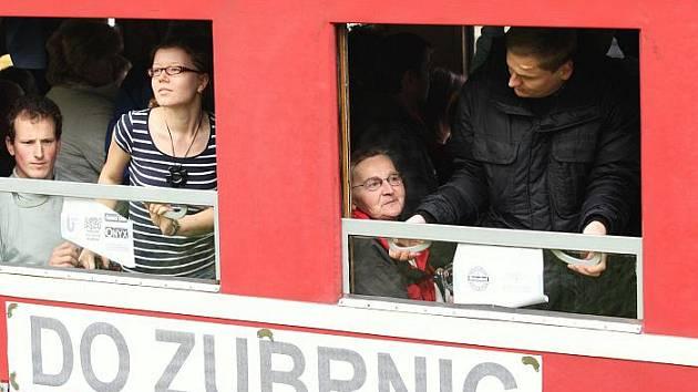 Cestují vyjeli z Ústí do Velkého Března, aby zde pokračovali po obnovené trati po 32 letech až do Zubrnic.
