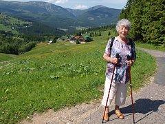 Senioři na dovolené. Někteří z nich v místní kronice napočítali dvacátý výjezd s paní Zdeňkou.