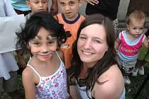 Dobrovolnice Shelley Talbot v Ústí pomáhá bez nároku na odměnu. S dětmi stráví 14 dní.