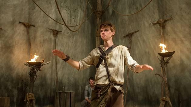 Mladí hrdinové filmu to nebudou mít snadné v labyrintu ani mimo něj.