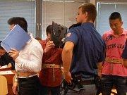 Vietnamští obvinění si u soudu většinou zakrývají tvář.